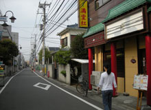 右側に中華料理店があります
